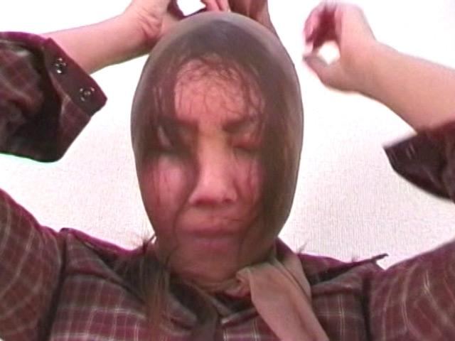 美女がパンストを被ると髪が張り付きブサイク顔に